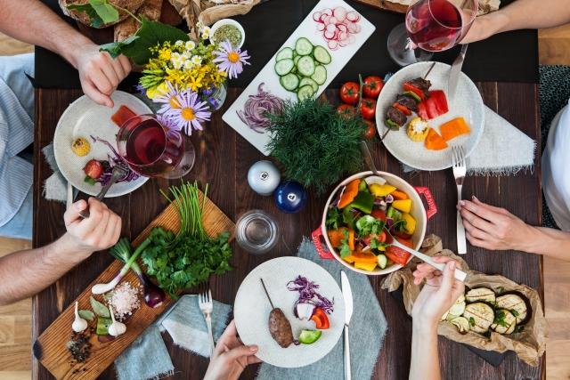 食卓を多人数で囲むイメージ