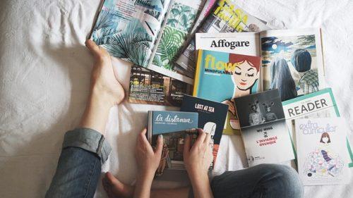 ベッドの上に散らばった本