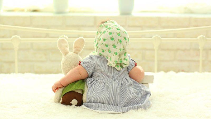 絨毯に座る女の子