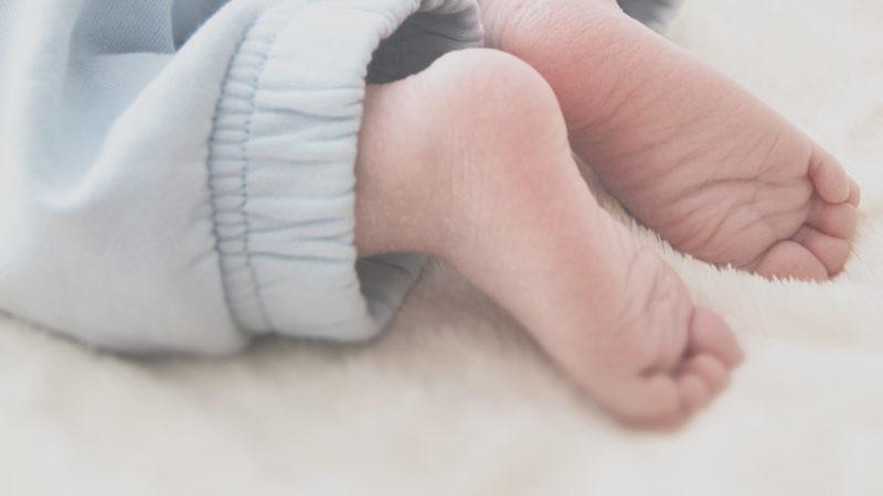 ラグの上の赤ちゃん